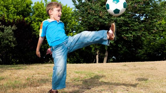Kind beim Fußballspielen