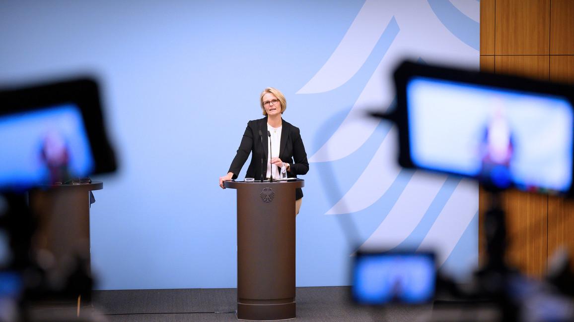 Bundesministerin Anja Karliczek stellt im Rahmen einer Pressekonferenz das Sonderprogramm zur Impfstoffentwicklung und - herstellung bekannt.