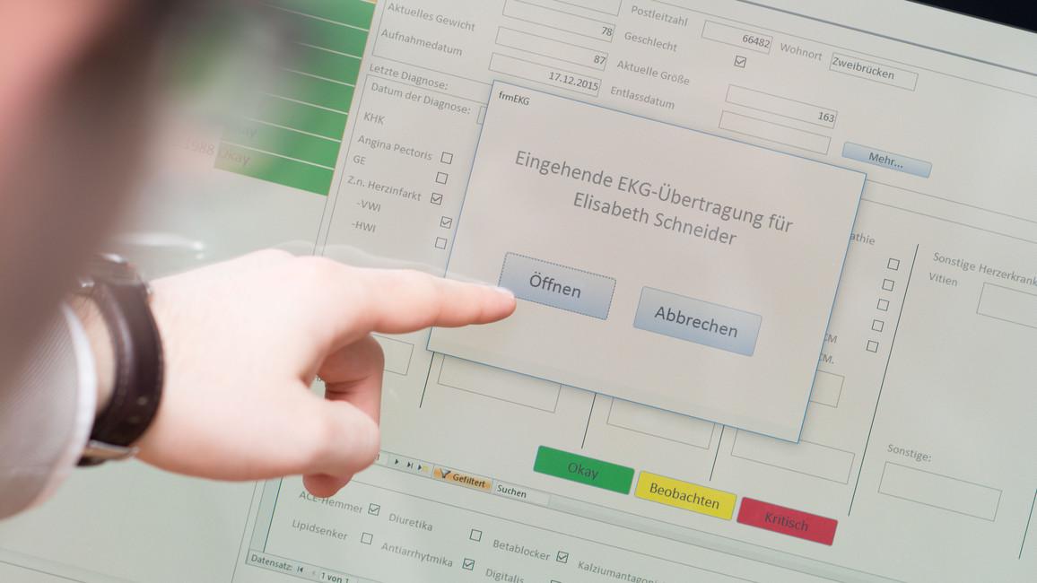Das Bild zeigt, wie das EKG eines Patienten gerade an den Computer in einer Notrufzentrale übermittelt wird.