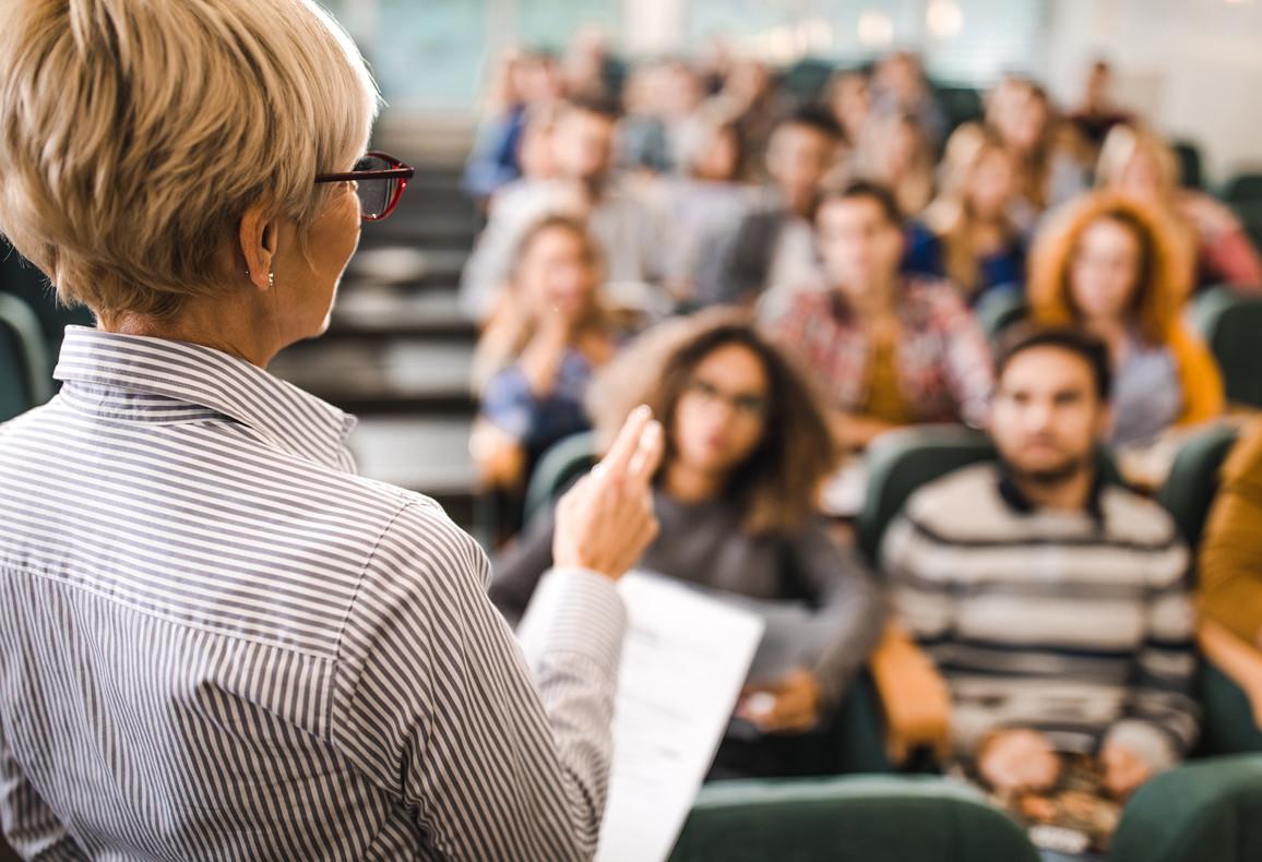 Professorin die vor Studenten spricht