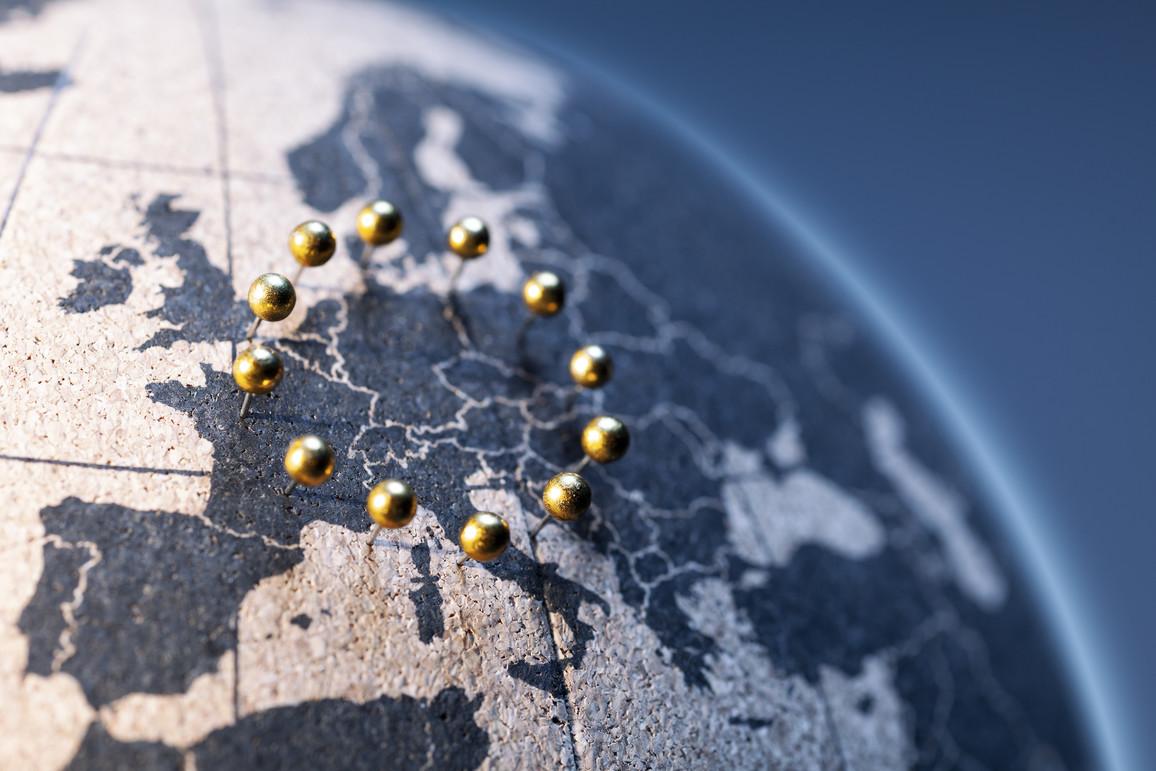 Europäische Union - Goldene Pinnadeln auf Korkglobus
