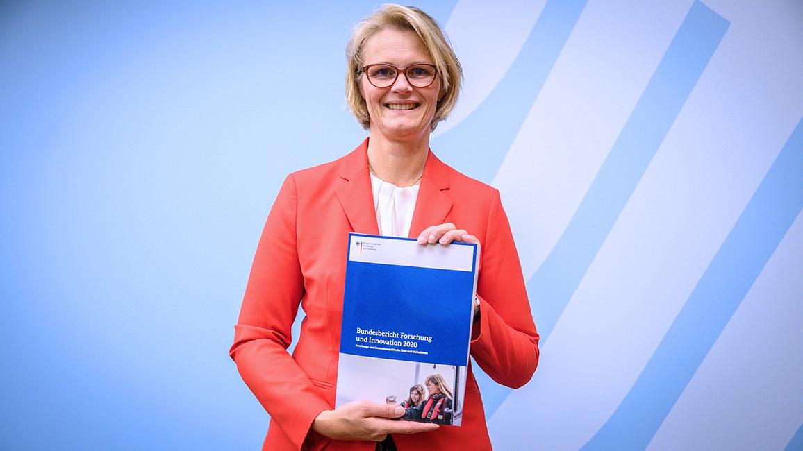 Bundesministerin Anja Karliczek stellt den Bundesbericht Forschung und Innovation 2020 vor.