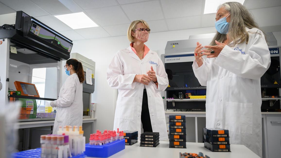 Bundesforschungsministerin Anja Karliczek besucht die Rheinland-Studie in Bonn.