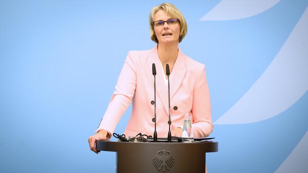 Bundesministerin Anja Karliczek stellt im Rahmen einer Pressekonferenz das Aktivierungsprogramm vor.