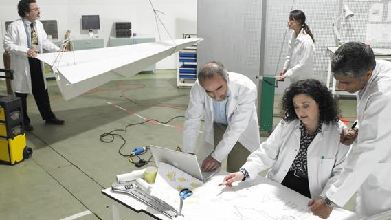 Wissenschaftler arbeiten in einem Techniklabor