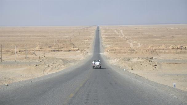 Einfahrt in das westliche Qaidam-Becken, eine extrem trockene Region in Nordwest-China