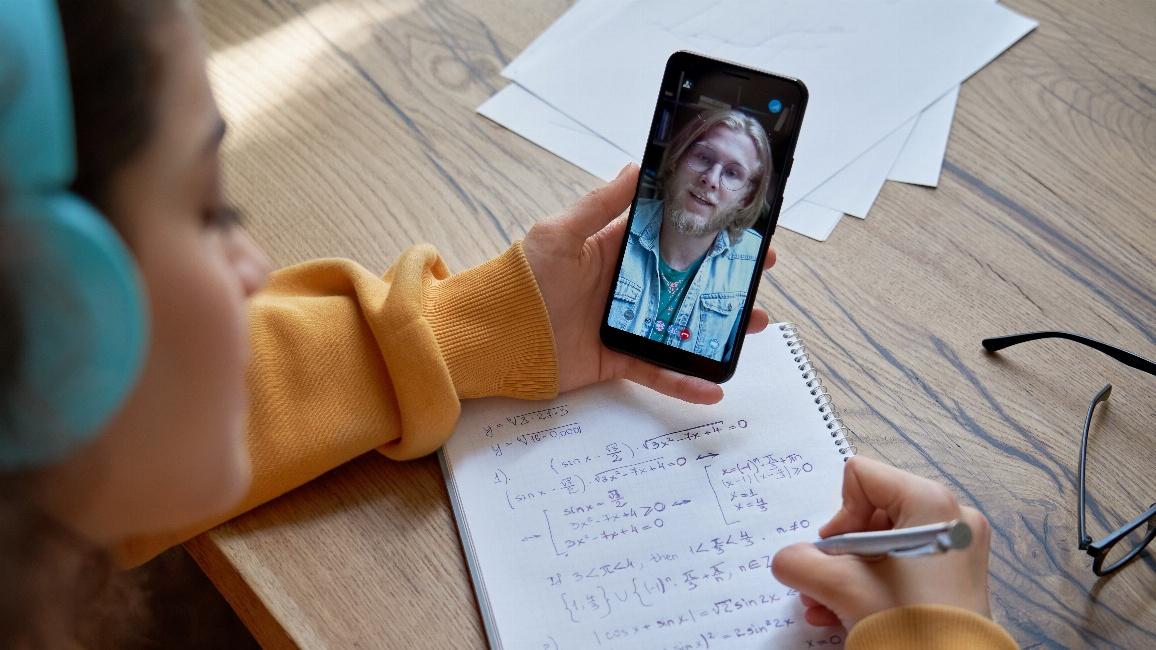 Studentin mit Smartphone