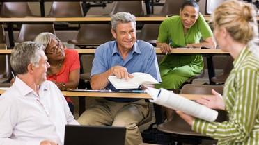 Erwachsene nehmen an einer Weiterbildung teil