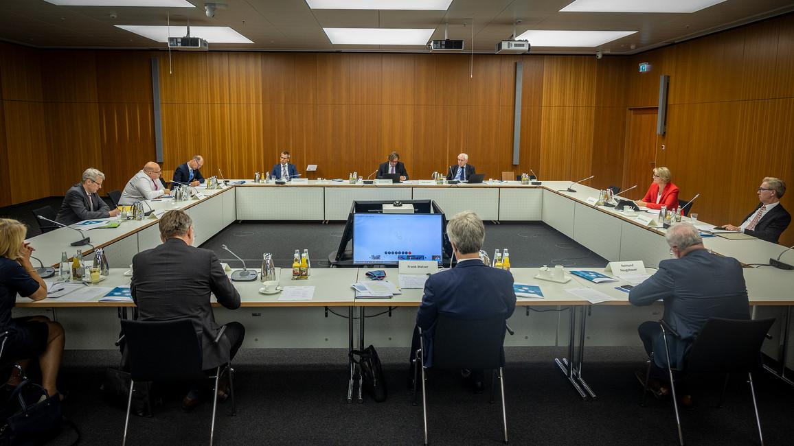 Blick in die Sitzung des Leitungsgremiums der Plattform Industrie 4.0. Diese fand unter der Leitung von Bundesforschungsministerin Anja Karliczek und Bundeswirtschaftsminister Peter Altmaier statt.