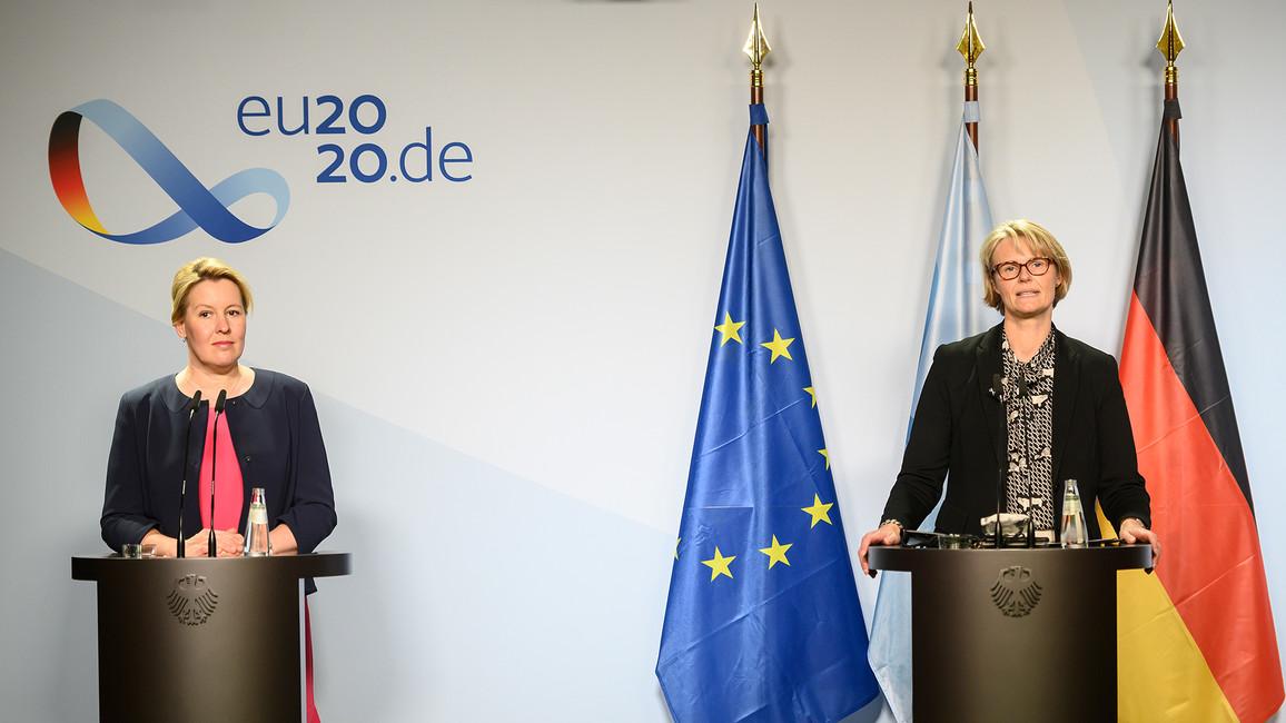 Bundesfamilienministerin Franziska Giffey und Bundesbildungsministerin Anja Karliczek bei ihrem gemeinsamen Statement zum Ganztagsausbau.