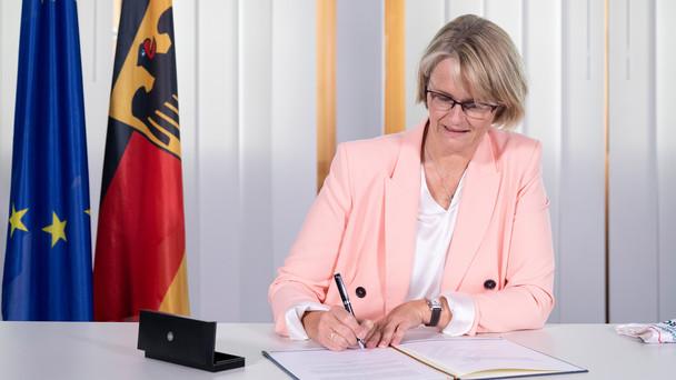 Bundesministerin Anja Karliczek unterzeichnet die Zusatzvereinbarung zum Digitalpakt.