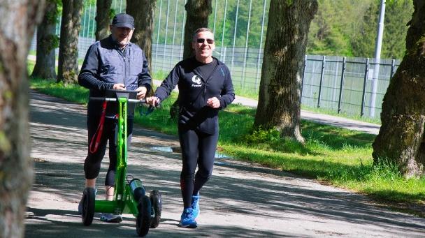 Der autonome Roboter gibt sehbehinderten Läufern den Weg vor,hier ein Bild von einem Test.