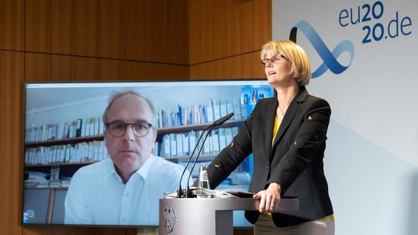 Bundesministerin Anja Karliczek stellt im Rahmen einer Pressekonferenz die Projekte vor, die es in die letzte Stufe des Bundeswettbewerbs InnoVET geschafft haben. Zugeschaltet aus Wien: idw-Geschäftsführer Thomas Mayr