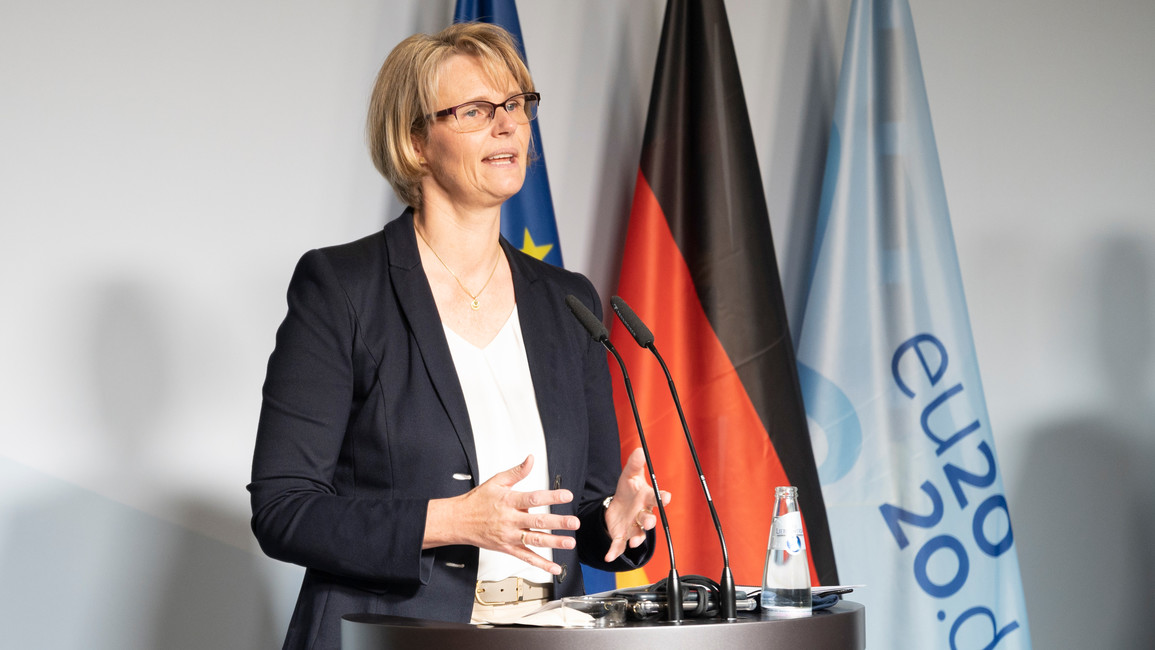 Bundesforschungsministerin Anja Karliczek stellt im Rahmen einer Pressekonferenz vier neue Batterie-Cluster vor, die seitens des BMBF gefördert werden.