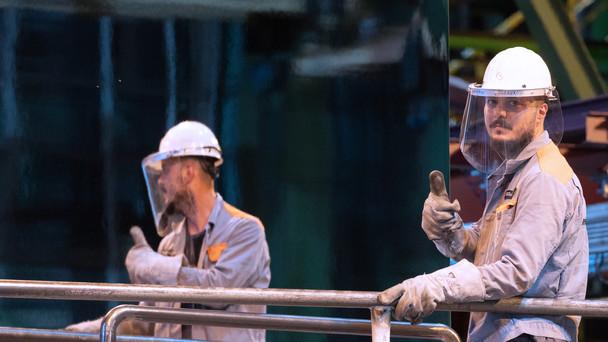 Ein Arbeiter der Salzgitter AG vor dem neuen Stahl.