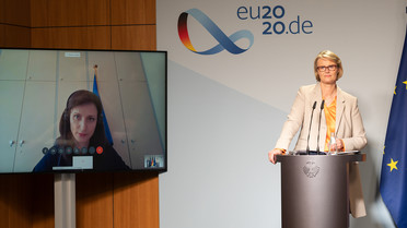 Bundesforschungsministerin Karliczek steht an einem Rednerpult. Während der Pressekonferenz ist EU-Forschungskommissarin Gabriel auf einem Bildschirm zugeschaltet.