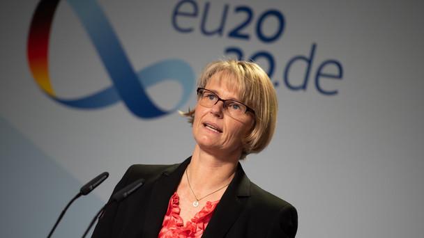 Bundesforschungsministerin Anja Karliczek stellt im Rahmen einer Pressekonferenz die Unternehmen vor, die im Rahmen des Sonderprogramms Impfstoffentwicklung gefördert werden.