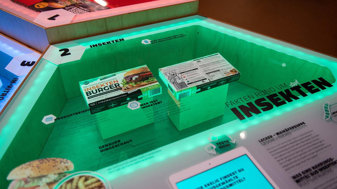 Nahrungsmittel der Zukunft: Beim Popcorn-Essen kam ihm die Idee: Der Wissenschaftler Alireza Kharazipour wollte ausprobieren, ob man Maiskörner auch anders nutzen kann, zum Beispiel als Werkstoff. Schon die ersten Experimente zeigten, dass das funktioniert. Auf der Basis von geschrotetem Futtermais lässt sich ein Popcorngranulat herstellen. Das wird mit naturnahen Bindemitteln vermischt. Dieser Verbundwerkstoff kann zu stabilen und dennoch leichten Platten verarbeitet werden, die zum Beispiel im Möbelbau zum Einsatz kommen. Oder es ersetzt Produkte auf Polystyrolbasis, bekannt als Styropor. Dazu zählen zum Beispiel Dämmstoffplatten und Verpackungen. Popcornplatten dämpfen den Schall, sind schwer entflammbar, haben eine sehr geringe Wärmeleitfähigkeit und sind extrem leicht – das spart Transportkosten.