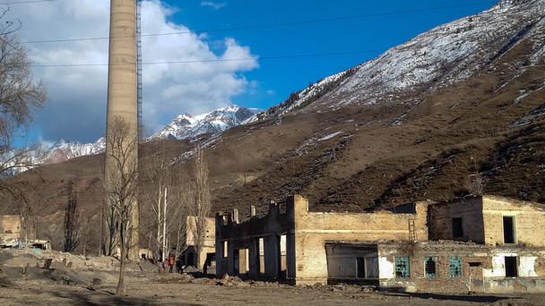 Blick auf eine ehemalige Uran-Aufbereitungsfabrik in Min-Kush in Kirgistan.