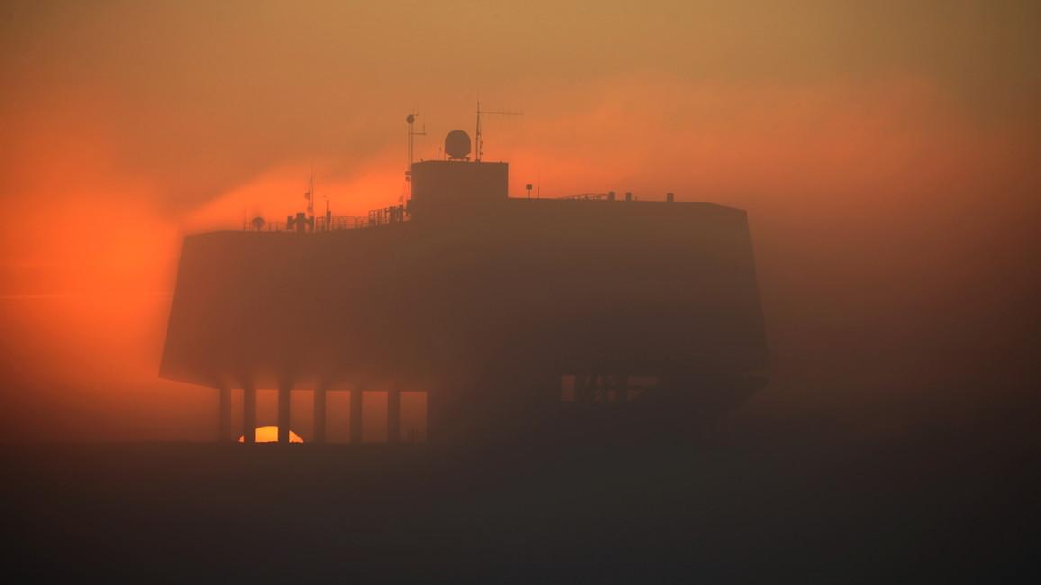 Die Neumayer-Station III umhüllt von Nebelschwaden