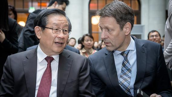 Staatssekretär Georg Schütte neben dem chinesischen Gast
