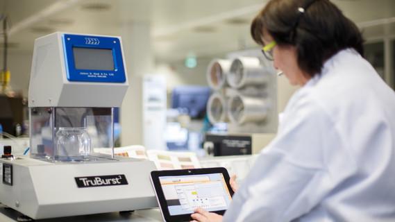Weiterbildung am Arbeitsplatz mit Tablets im Textil-Labor