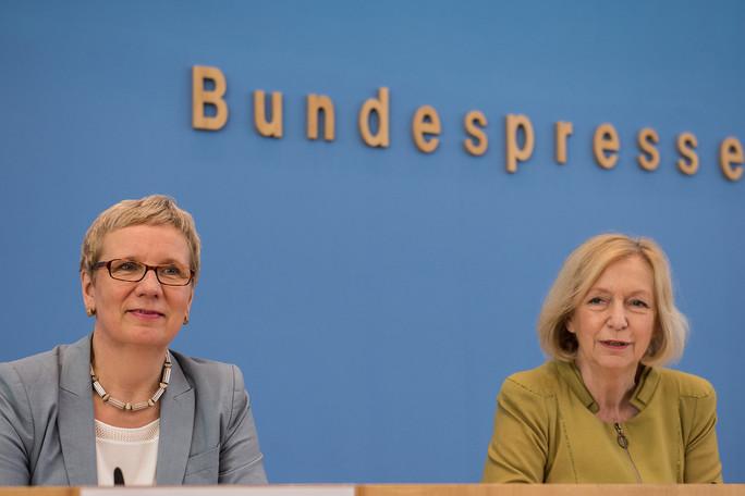 Bundesministerin Johanna Wanka neben der Bremer Wissenschaftssenatorin Eva Quante-Brandt