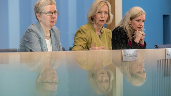 Bundesministerin Johanna Wanka neben der Bremer Wissenschaftssenatorin Eva Quante-Brandt (links) und der Vorsitzenden der Bundespressekonferenz
