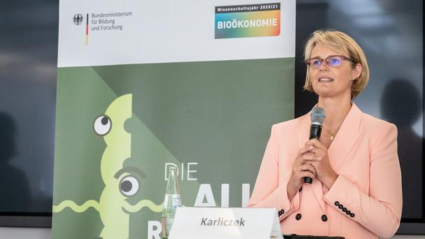 'Mit der Ausstellung auf der MS Wissenschaft und ihrer Reise durch Deutschland, bringen wir Wissenschaft und Gesellschaft zusammen', sagte Bundesministerin Anja Karliczek.