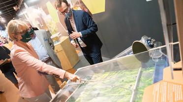 Wie mithilfe von Algen unsere Abwässer umweltschonend gereinigt werden kann, erläutert Holger Klose vom Forschungszentrum Jülich.