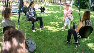 Im Gespräch mit Mitarbeiterinnen und Mitarbeitern des SMC diskutierte Anja Karliczek über aktuelle Herausforderungen an den Wissenschaftsjournalismus.