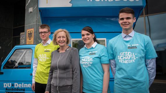 Johanna Wanka mit jungen Auszubildenden beim Start der Kampagne 'Du + Deine Ausbildung = praktisch unschlagbar'