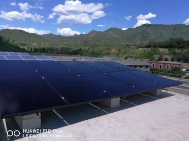 Im Vordergrund: Schwarze ZEBRA-Module auf dem Dach der Solarakademie der SPIC Group(Valley of Treasures) in Peking. Im Landschaftsbild fallen sie weniger auf, als die meisten Standardmodule (im Hintergrund).