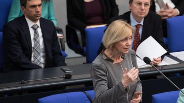 Bundesministerin Johanna Wanka stellt den Berufsbildungsbericht im Deutschen Bundestag vor (im Hintergrund die parl. Staatssekretäre Stefan Müller und Thomas Rachel)