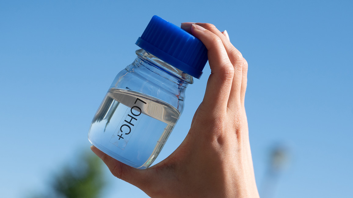 In diesen 80 ml Flüssigkeit (LOHC) sind 48 Liter Wasserstoff gebunden. Ausreichend Energie, um einen Kühlschrank einen Tag lang zu versorgen.