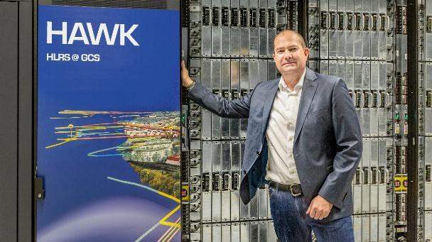 Dr. Bastian Koller (Geschäftsführer des HLRS), Leiter der europäischen HPC-Projekte EuroCC und CASTIEL, vor dem HLRS-Höchstleistungsrechner Hawk.