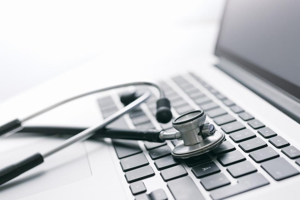 Stethoskop auf einem Laptop