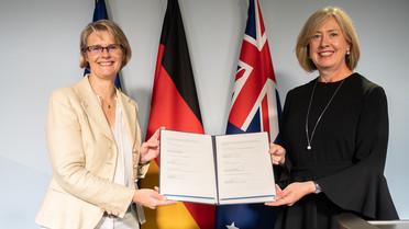 Bundesministerin Anja Karliczek und die Botschafterin Australiens, I.E. Frau Lynette Wood, mit der gemeinsamen Absichtserklärung.