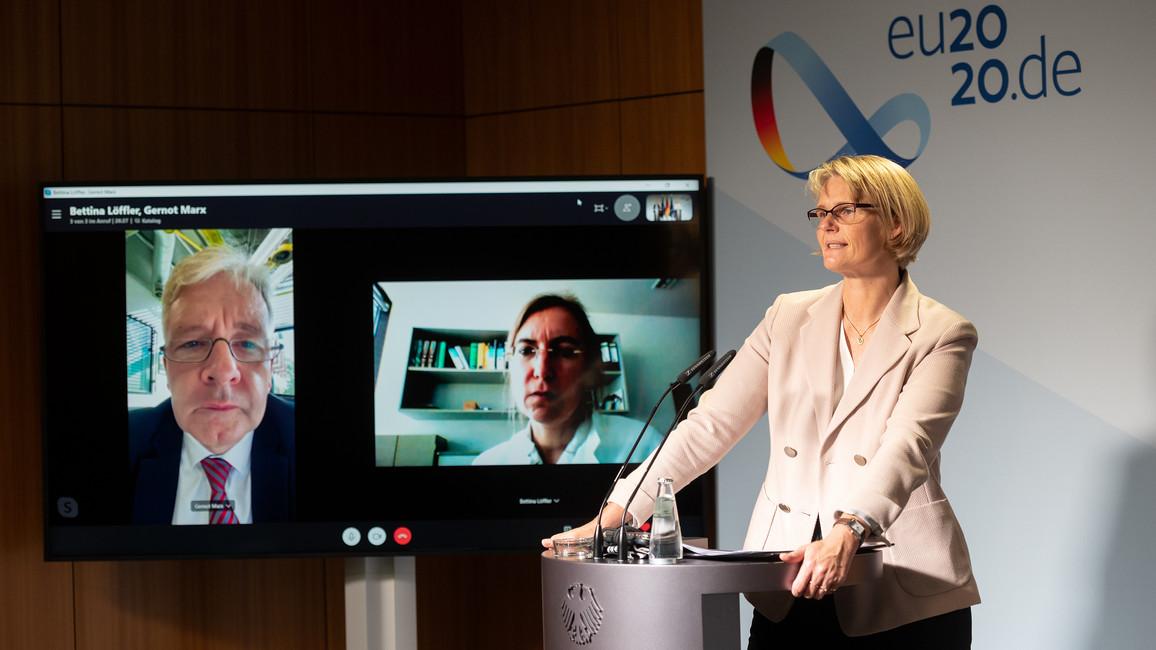 Bundesforschungsministerin Anja Karliczek in einer gemeinsamen Pressekonferenz mit Prof. Dr. Bettina Löffler (Universität Jena) sowie Prof. Dr. Gernot Marx (RWTH Aachen).