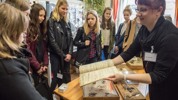 Konservatorin Anja Friederichs gibt den Mädchen einen Einblick in ihre Arbeit