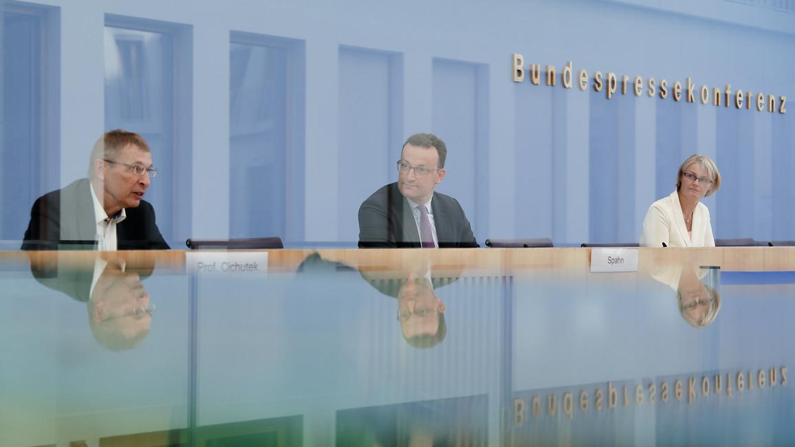 Bundesforschungsministerin Anja Karliczek in einer gemeinsamen Pressekonferenz mit Jens Spahn und Klaus Cichutek, Präsident des Paul-Ehrlich-Instituts