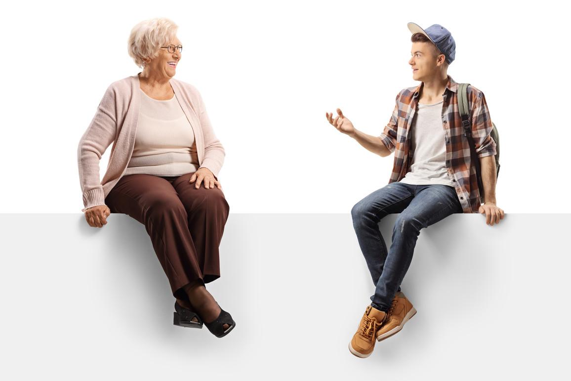 Enkel und Großmutter sitzend