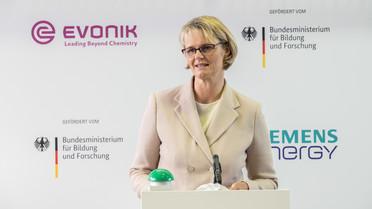"""Bundesforschungsministerin Anja Karliczek während ihrer Rede zur Inbetriebnahme """"künstliche Photosynthese Rheticus""""."""