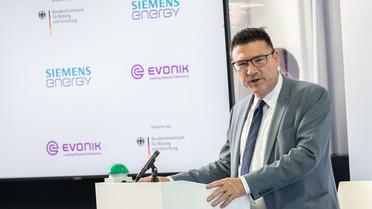 """Stefan Kaufmann, Innovationsbeauftragter &quotGrüner Wasserstoff"""", während ihrer Rede zur Inbetriebnahme """"künstliche Photosynthese Rheticus""""."""