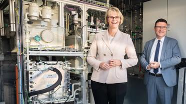 Besichtigung des Siemens Energy Elektrolyse-Container zur Herstellung von Wasserstoff und CO aus Wasser, CO2 und Strom.