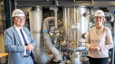 Besichtigung des Evonik Bioreaktor zur Herstellung von Chemikalien aus CO2, Wasserstoff und CO.