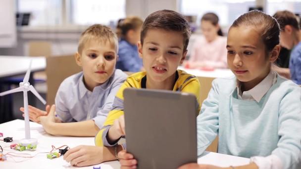 Poster zum Video Kinder lernen mit einem Tablet