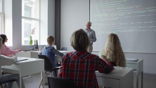 Poster zum Video Leher erklärt den Schülern Coding-Basics