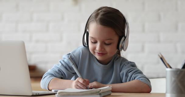 Poster zum Video Kleines Mädchen lernt Online
