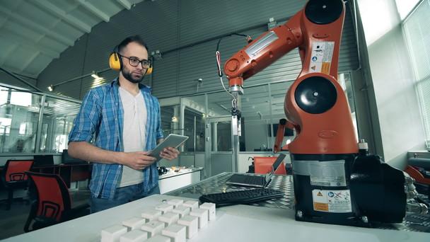 Poster zum Video Ingenieur beobachtet die Entwicklung eines Roboterarms